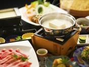 館内の工場で毎朝作られる天然にがりの自家製豆腐と職人の技が融合した「豆富懐石」をお愉しみください