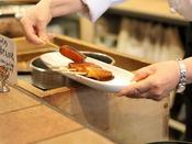 【朝食】茹で上げた料理人手作りのこんにゃくを甘い舐め味噌につけた田楽です。