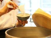 【朝食】毎朝大きな鉄窯でご飯を炊いている。