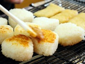 【朝食】実演コーナーで焼き上げる味噌焼おにぎり。香ばしい、熱々♪を召しあがれ。
