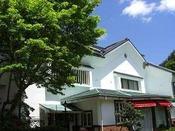 ホテル敷地内の三国路与謝野晶子紀行文学館『椿山房』。落ち着いたカフェでコーヒーもどうぞ。