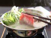 【豆乳しゃぶしゃぶ】牛肉や豚肉を豆乳出汁のなかで湯がきます。