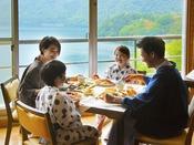 【朝食イメージ】湖を眺めながら楽しいモーニングタイム♪