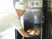 板長秘伝の「スモークドトーフ」は豆腐の燻製。製法は丸秘ですが、板長が愛情こめて作っています♪