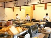 【朝食】洋食コーナーも焼きたての豆乳パンをはじめ、出来立てが揃う。
