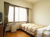 シングルルームのお部屋の一例。全室空気清浄機付きでクリーン