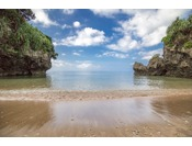 【ビーチ】各ヴィラから徒歩で5分、緑がまぶしいジャングルを抜けるとビーチとともに、青の洞窟があらわれます。