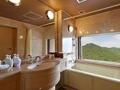 【新館コーナースイート】天候が良ければバスルームの窓を解放すると定山渓の景色がご覧いただけるかも♪