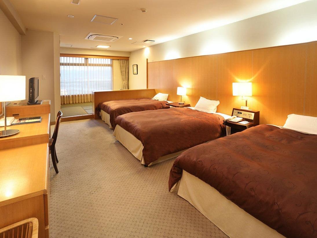 客室からは筑後川を一望。ベッド2~3台+和室の広々とした和洋室はファミリーやグループのお客様に好評