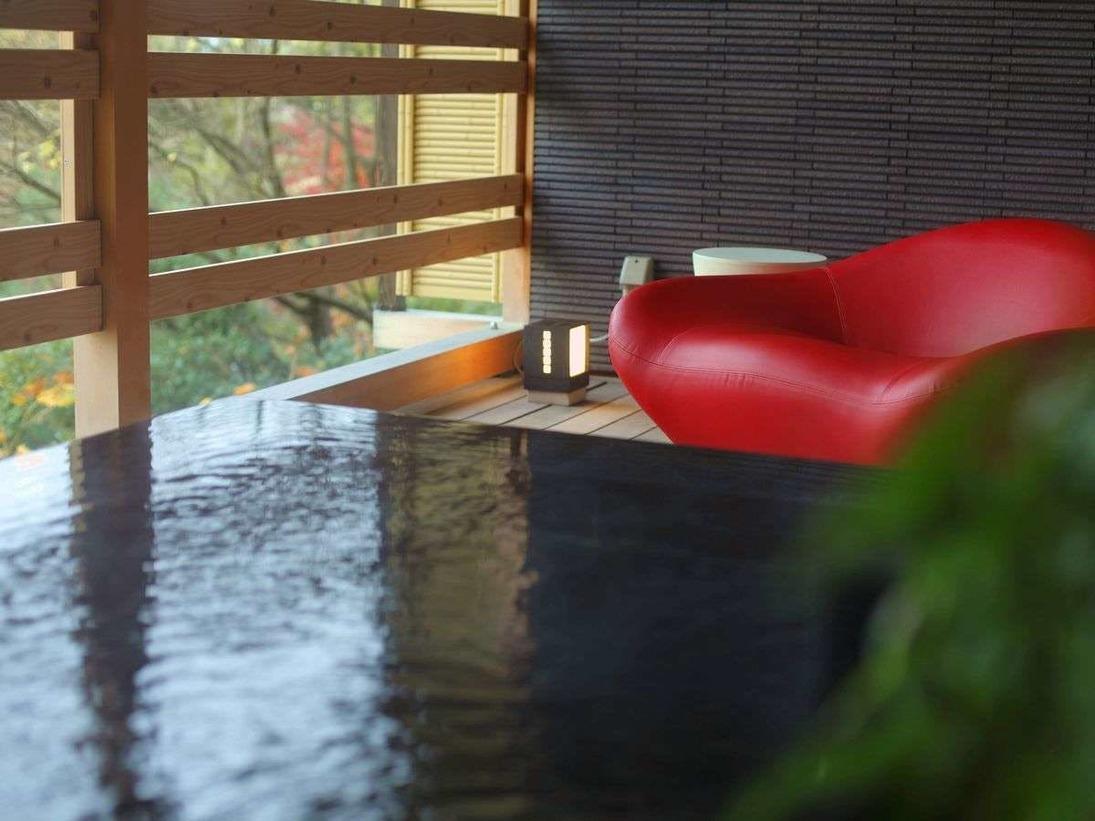 【657号室・白樹~びゃくじゅ】御影石の浴槽。天然温泉100%露天風呂付客室◆モダンリビング付特別室の一例
