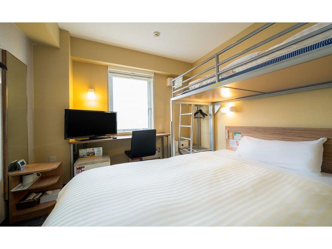 スーパールーム ダブルベッド1台 + ロフトベッド。定員は最大3名様です。(定員数には添い寝の乳幼児を含みます)