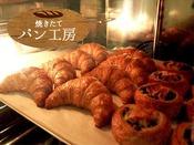 朝食メニューに焼き立てのクロワッサンとデニッシュをご用意しております。・ミニバターギッフェリ(生地が細かく軽い食感のクロワッサン)・ミニロールデニッシュモカ(コーヒーフィリングを巻き込んだうずまき型デニッシュ)