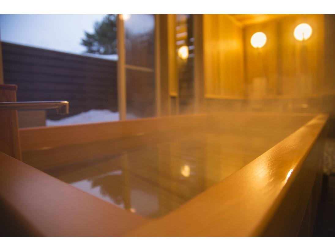 菅平自慢の貸切檜風呂。檜の香りに包まれながら旅の疲れを癒してください。