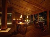 【森乃湯】茶屋(お休み処)。落ち着いた照明とヒーリング音楽で、湯上がりにリラックスできます。