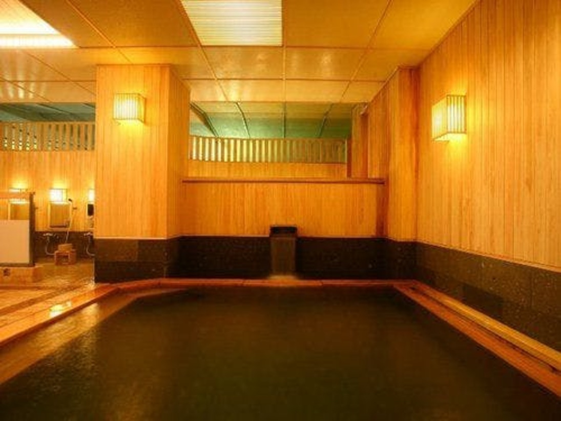 【大浴場】贅沢な檜や、足あたりの柔らかな軟石を採用しています。