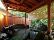 【森乃湯】源泉かけ流し離れの湯屋「森乃湯」の露天風呂。季節の移り変わりを実感できます。