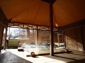 【大浴場】女性浴場「桂木乃湯」の露天風呂。3本の自家源泉をブレンドしたかけ流しの湯をお楽しみください。