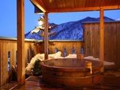 【貸切風呂】雪見の露天風呂も格別の趣です。