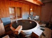 【貸切風呂】湯船を贅沢に満たす自家源泉かけ流しの湯。柔らかな湯に身も心も癒されて。