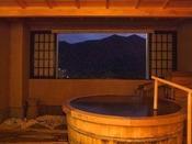 【貸切風呂】「観山乃湯」(バリアフリー対応)。車椅子で洗い場まで入ることができます。