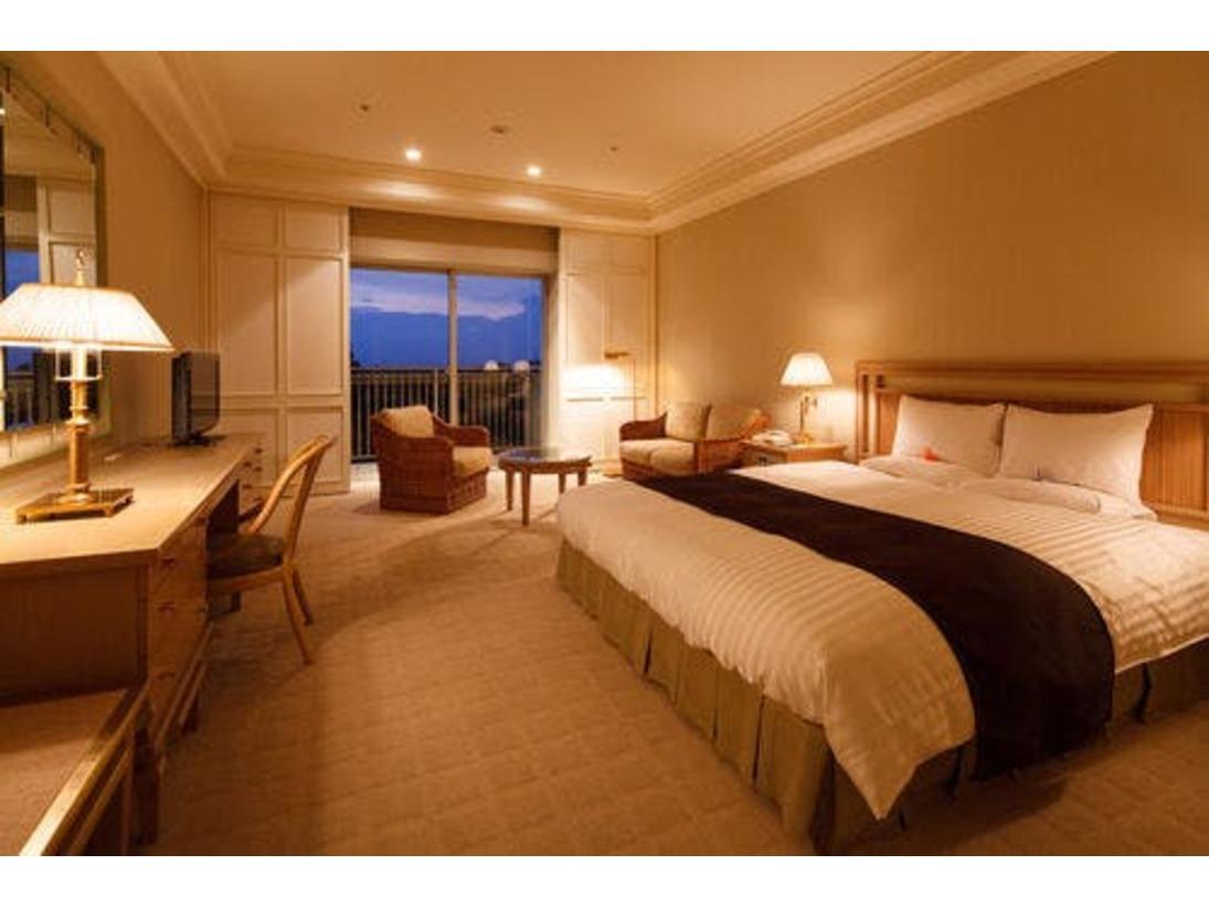スーペリダブルのお部屋は、39平米のお部屋に幅180cmのゆとりあるダブルベットをご用意。西側の為、アクアラインや豊かな緑など眺めも抜群です。