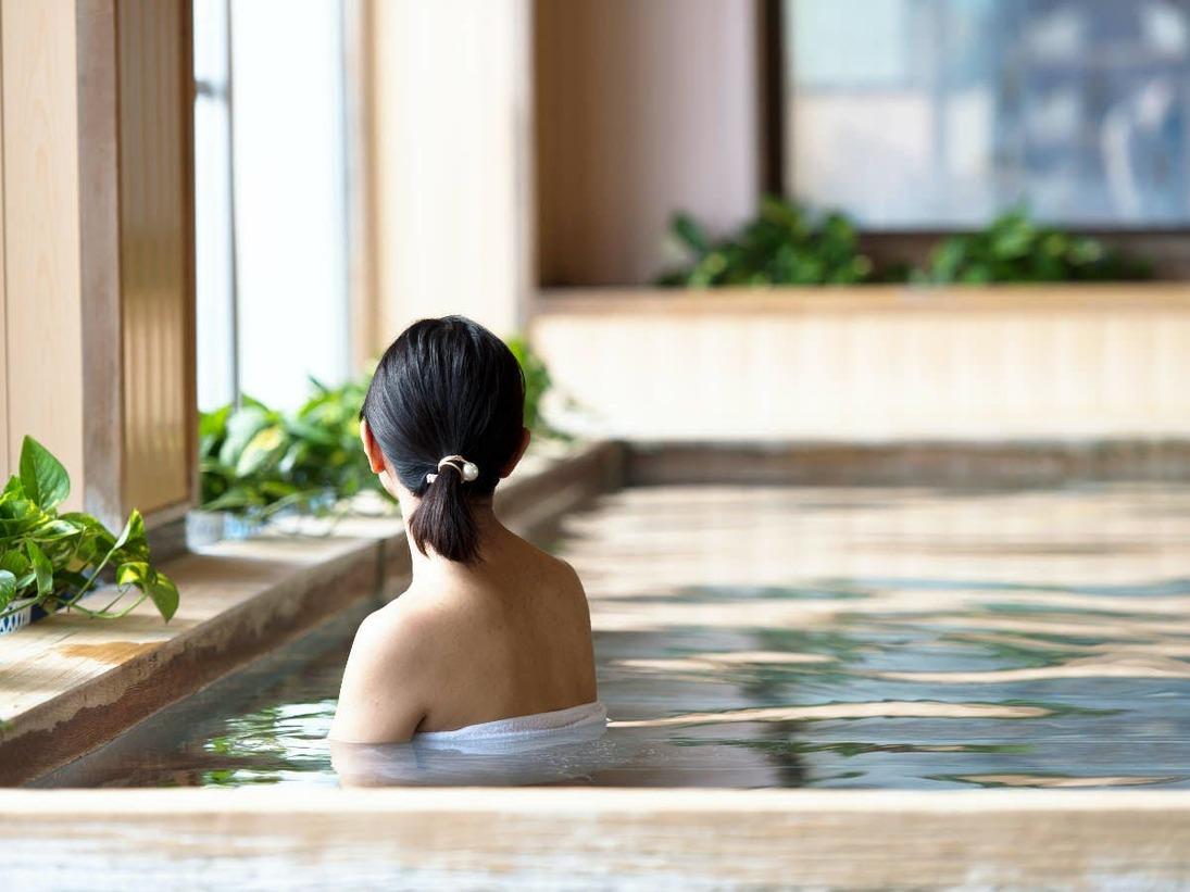 ゆったりと海を眺めながら、広々と温泉につかる至福のひととき