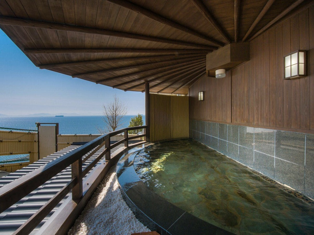 三河湾を眺望する露天風呂