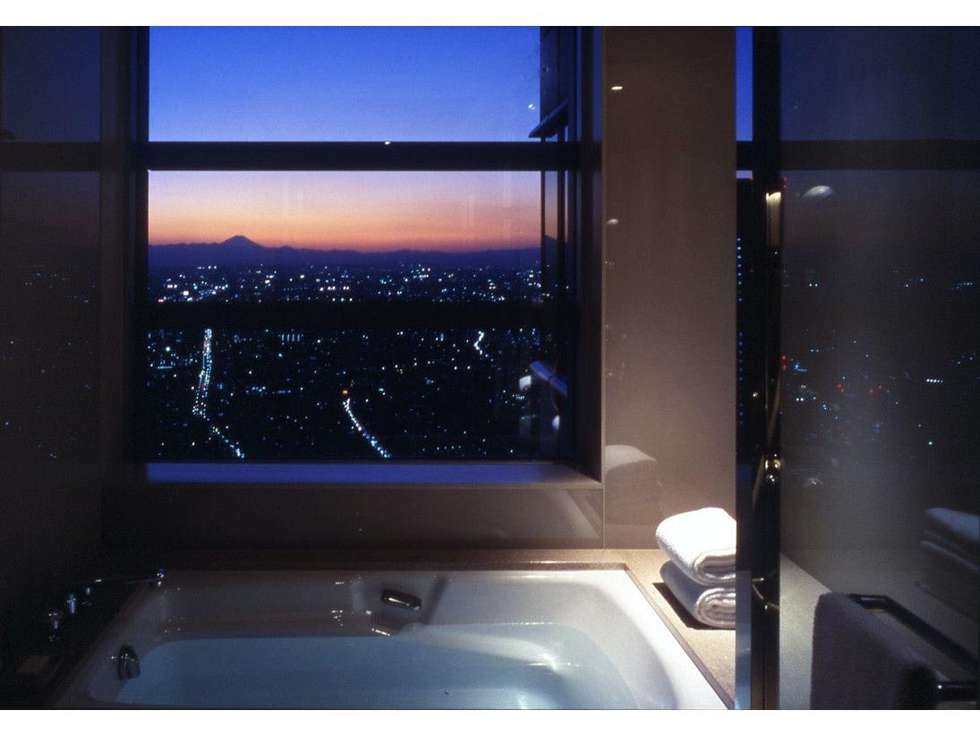 高層階からの眺望を眼下に、贅沢なバスタイムが叶う「パーク ビュー ルーム」(60平米)。穏やかな夕焼けから煌めく夜景へ、または清々しい朝陽を浴びながら、至福のリラクゼーションをお楽しみください。