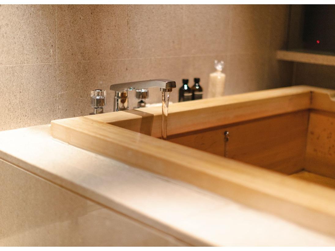 檜風呂を有す「ガバナーズ スイート」。140平米以上のプレミアムスイートには、イソップの200mlボトルのアメニティも。