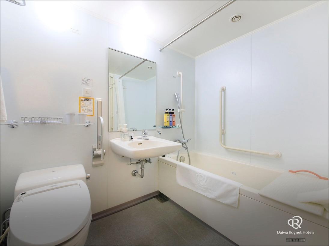 ユニバーサルルームのバスルームは広々設計