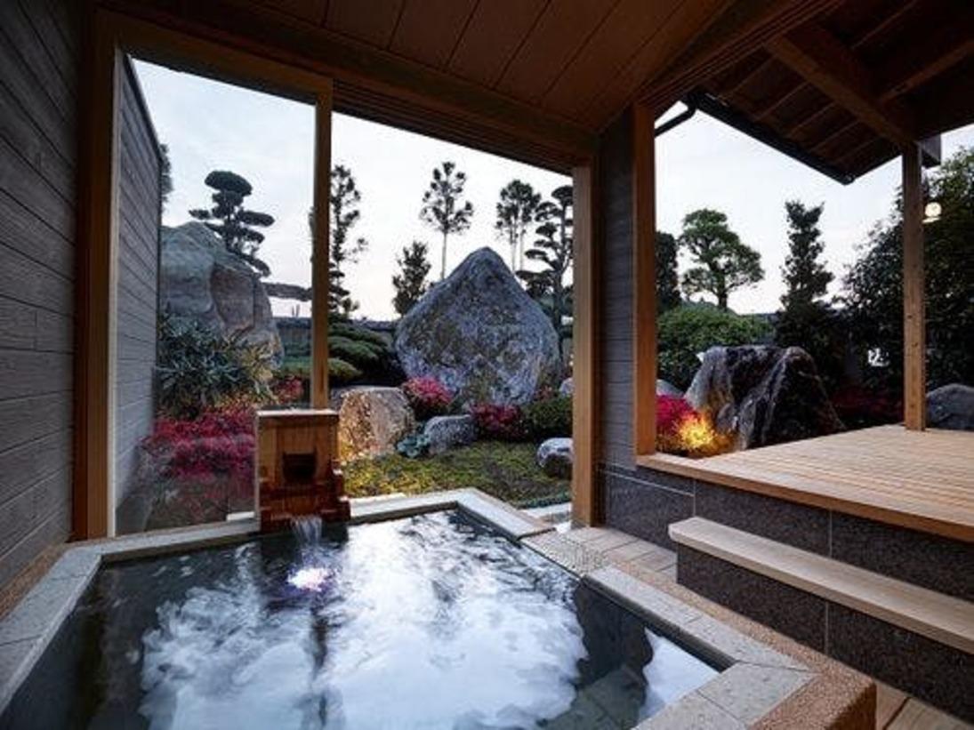 夕暮れ時の露天風呂(蓬莱)の湯に浸かれば、日頃の疲れもふっと抜けていくはずです。