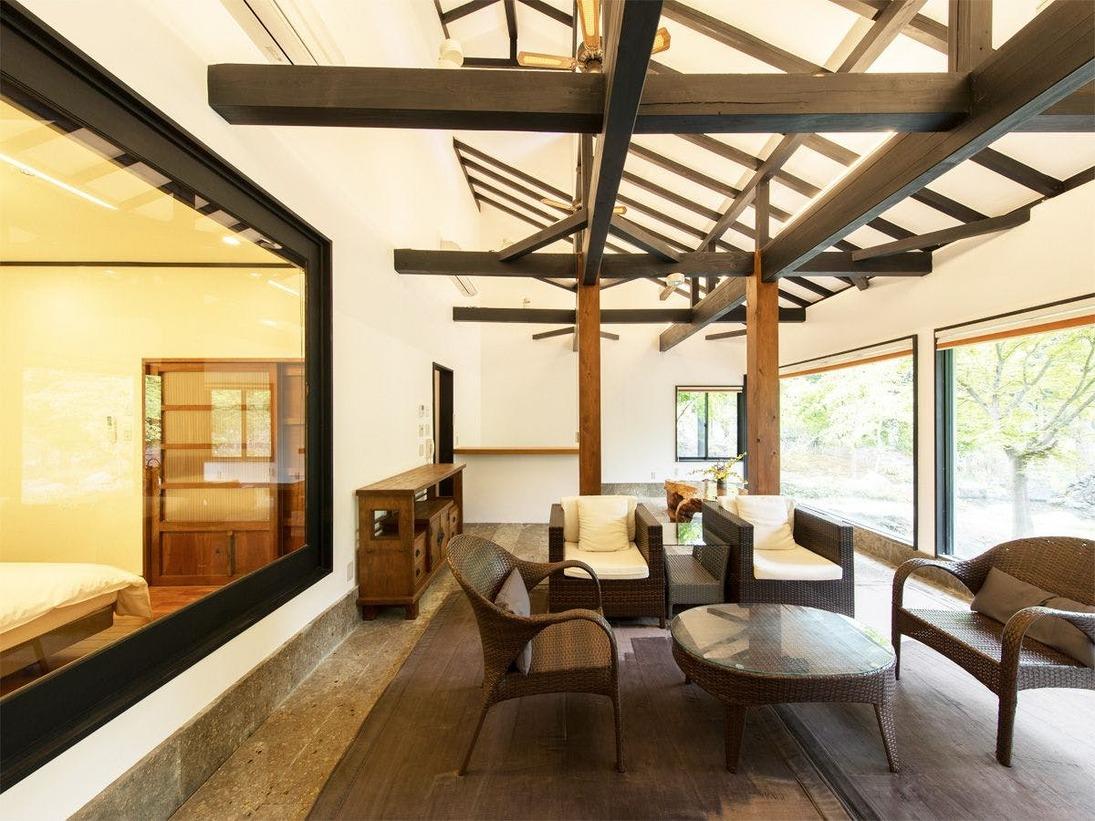 *特別室/お庭に面して一面ガラス張りのリビング
