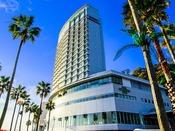 椰子の木が目印の白いランドマーク!熱海後楽園ホテル