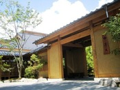 【夏】季の庭正面玄関
