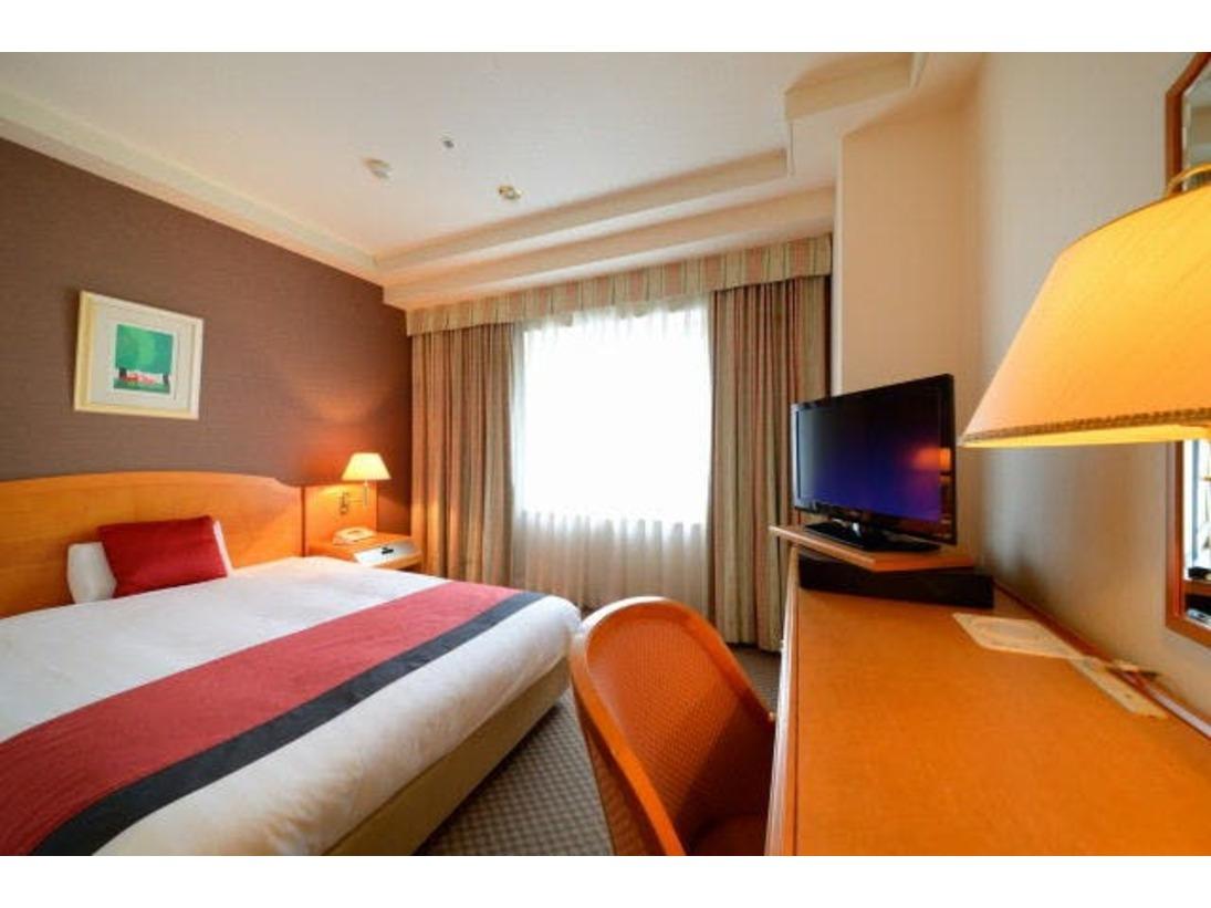 ■シングルルーム低反発枕と清潔感のあるデュベのセミダブルベッド(140×200cm)を使用。加湿器、ズボンプレッサーも全室完備。高速LAN回線接続無料。