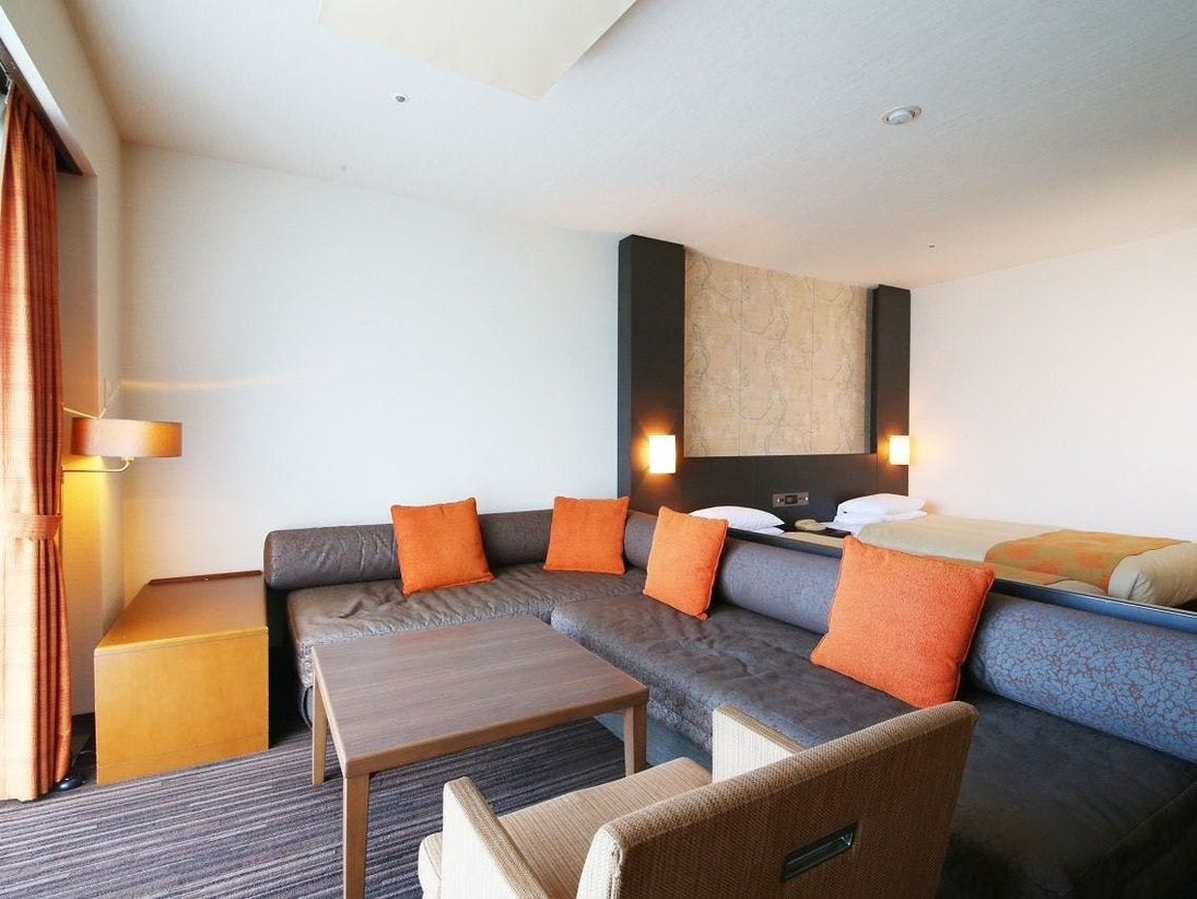 スタンダード洋室タイプ。4名様定員のお部屋で窓際も大きくソファーでゆっくりとお寛ぎいただけます。※3名様以上でご利用の際にはソファーをベッドに組み替えてご利用ください。