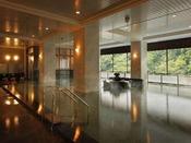 【秀峰館大浴場】窓を大きく取り、ゆったりとした開放感のある大浴場です。