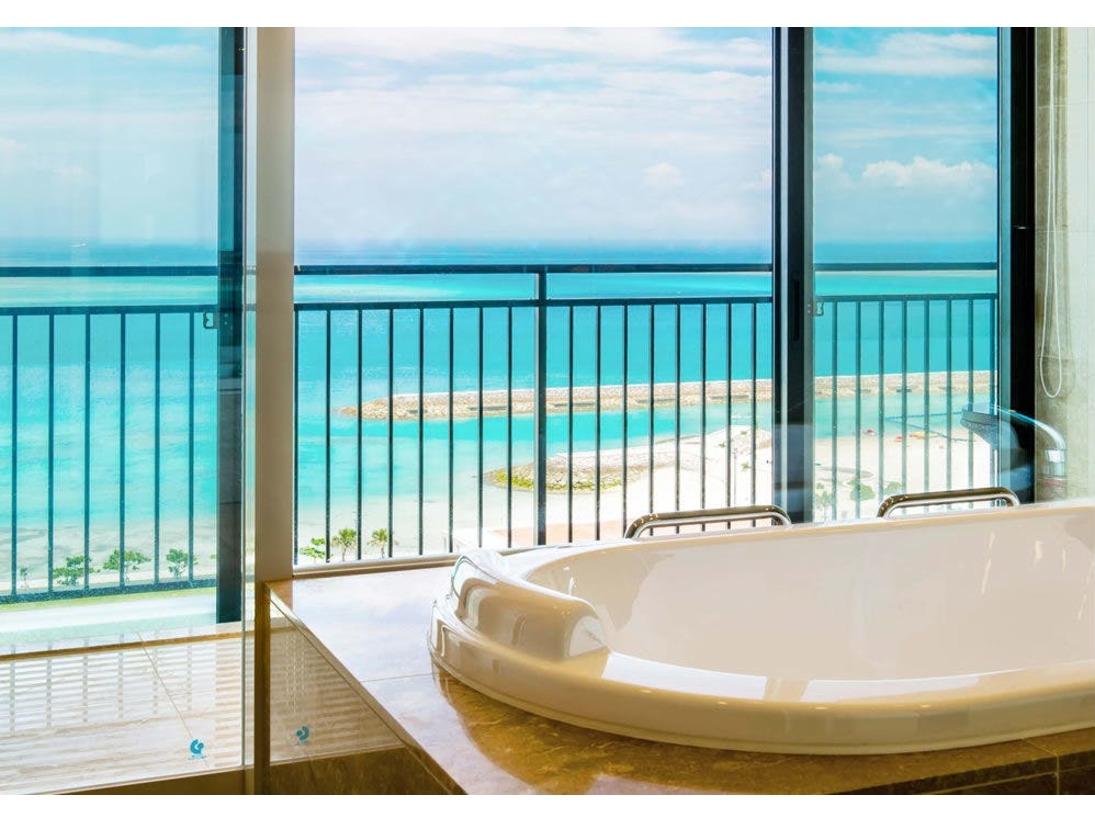 ~最上階120平米スイート・バスルームからの眺望~南国の海のさまざまな青のコントラストが広がる景色は、まさに天空のバスルーム!疲れた体をほぐしながら、眼下には心まで癒してくれる絶景。心身ともにリラックスできるバスタイムをお過ごしください。