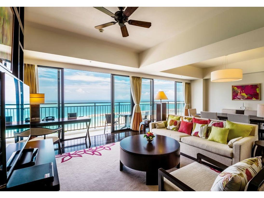 ~プレジデンシャルオーシャンスイート~大海原を見渡せる最高のビューも魅力の一つです。ソファーで寛ぎながら、最上階からの絶景を優雅にご堪能頂けます。美しいモダンデザインと圧倒的なビューで至福のステイを。