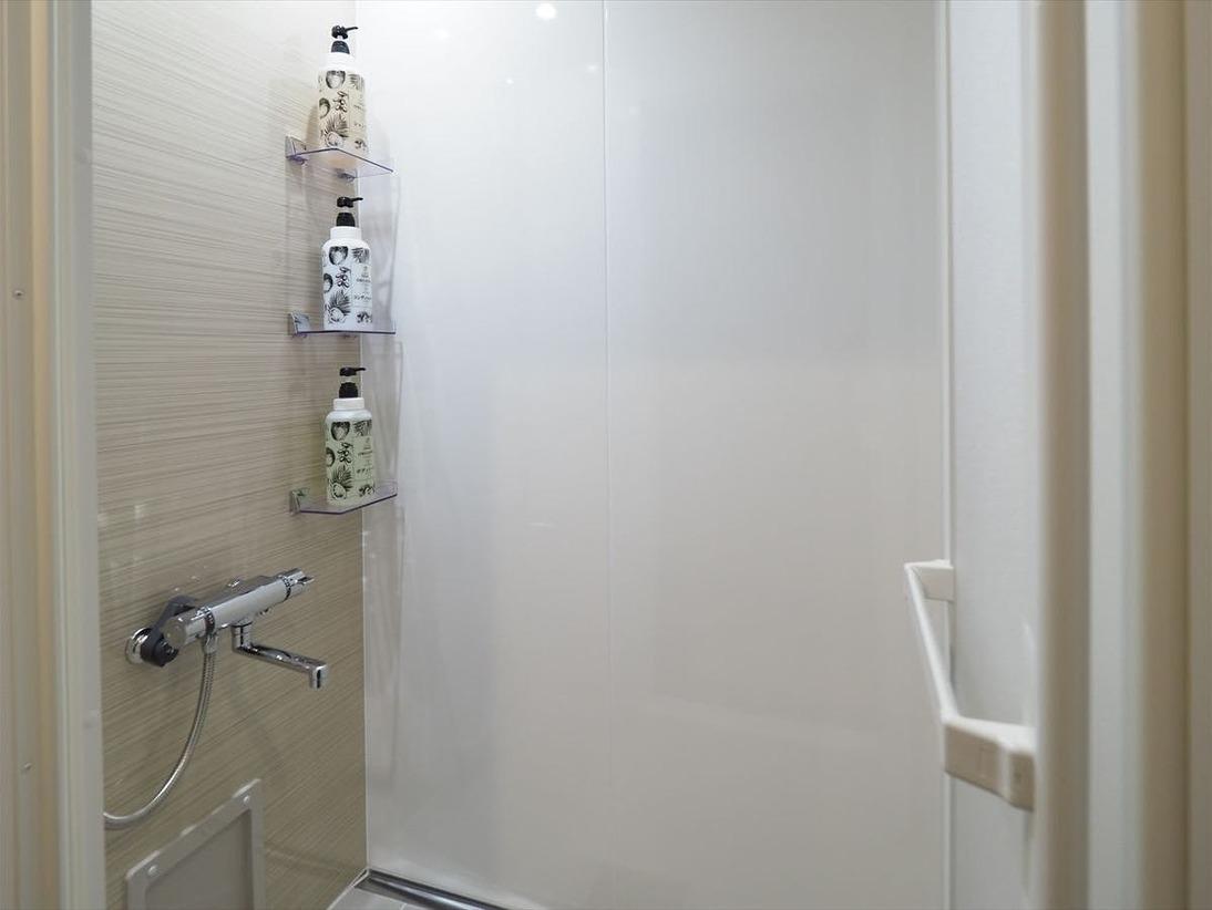 シャワールームにはシャンプー、リンス、ボディーソープをご用意。バスタオルもございますので、突然のご宿泊でも手ぶらでお泊りいただけます。