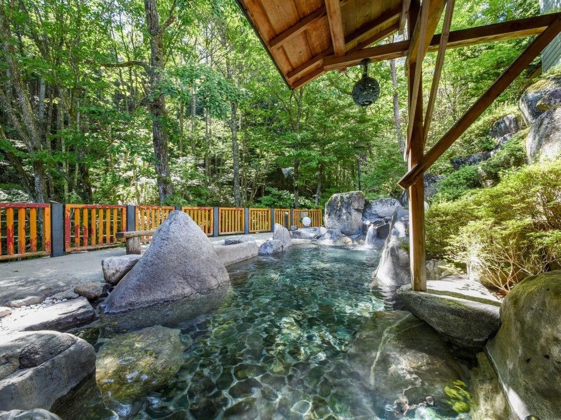 *露天風呂 女湯 昼間は緑溢れる山間の景色を、夜は満点の星空の元お楽しみいただけます。