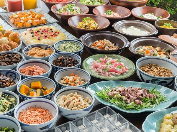 朝食は料理長厳選食材数十種類のバイキング