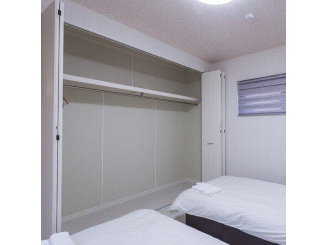 ベッドルームの大きなクローゼットには長期の旅のお荷物もOK♪