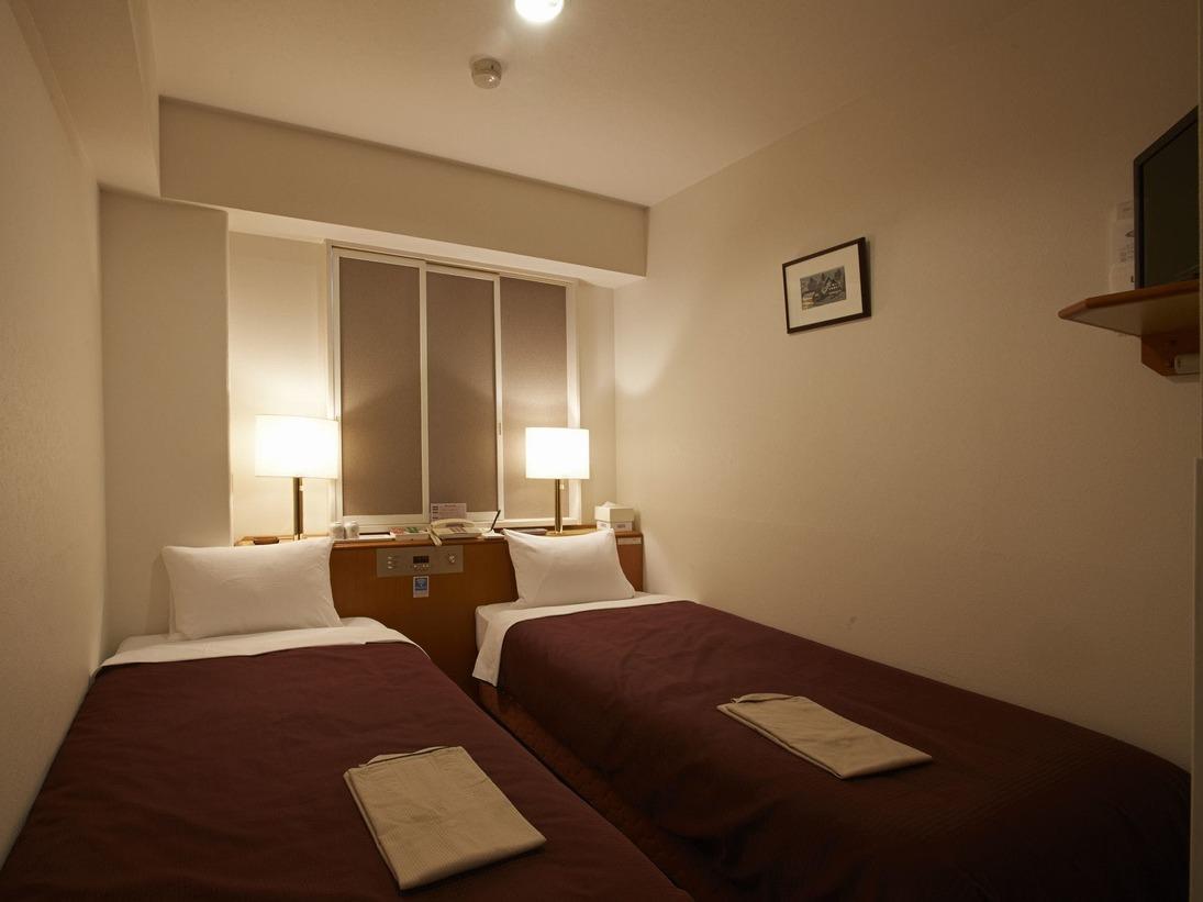 シングルベッド2台のお部屋です。デスク、イスの設置はございません。