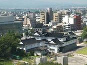 西側のお部屋から眺望、富山城址公園