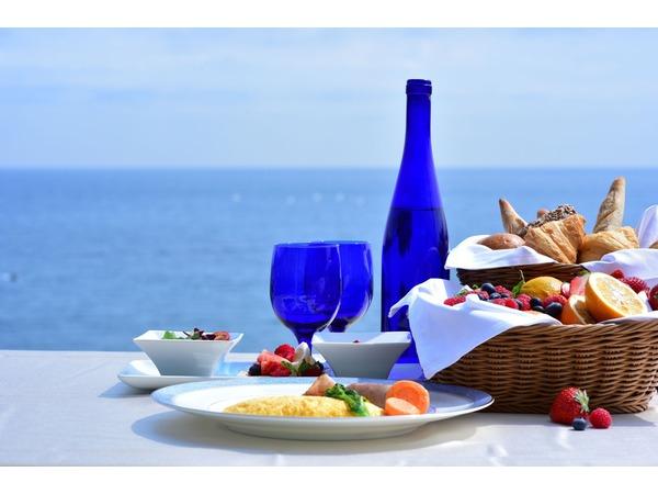 晴れ渡る海を眺めながらの朝食で