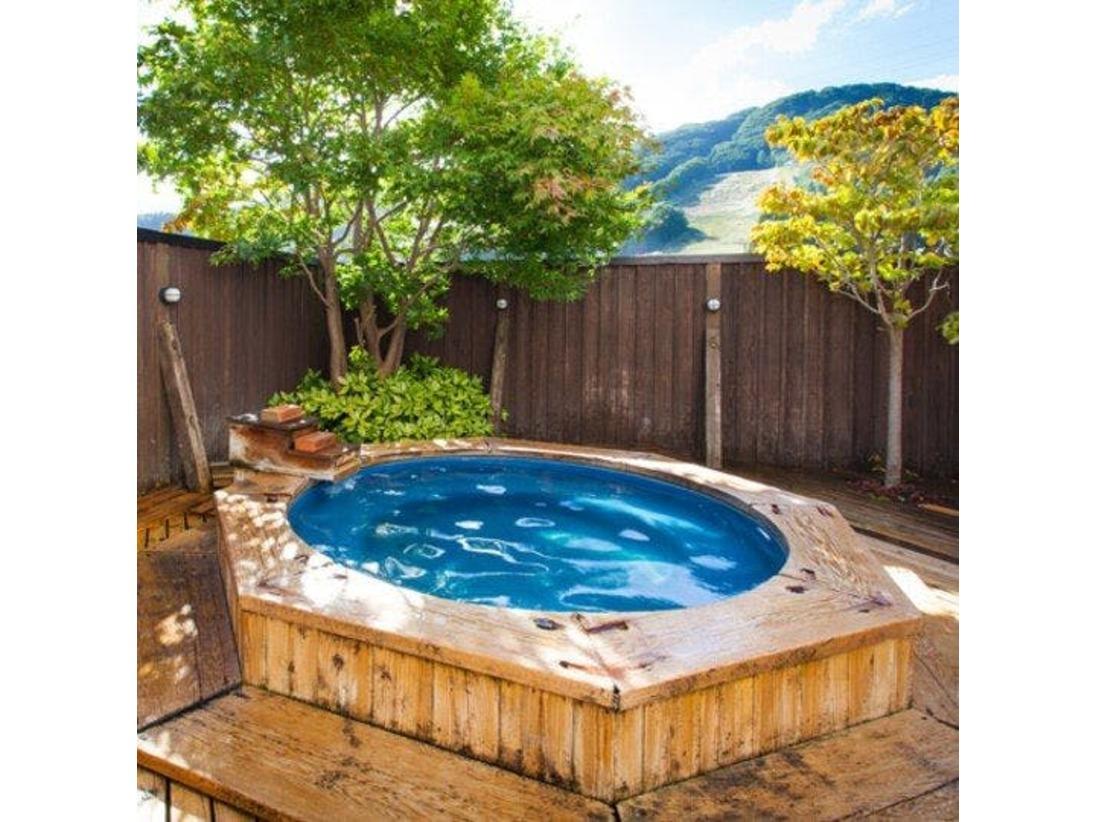 【露天風呂】疲労回復・慢性皮膚病などに効能があり、さらさらとしたお湯です。