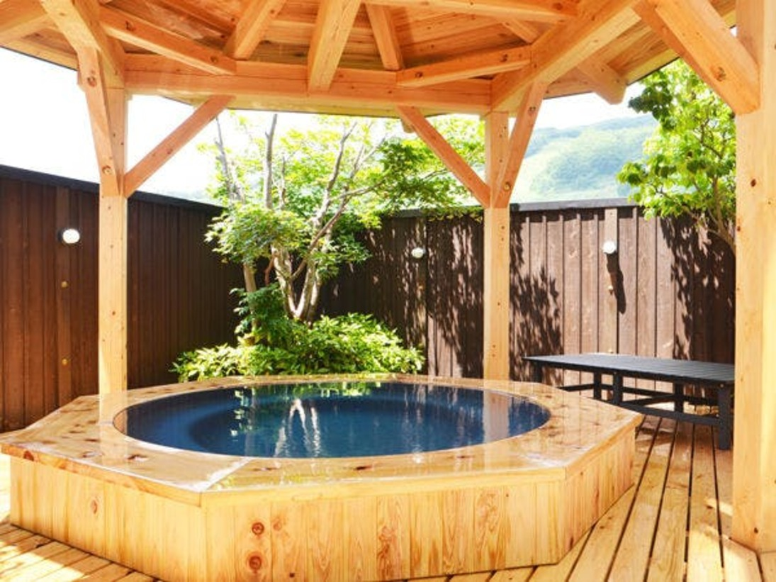 【露天風呂】白馬姫川温泉の泉質はナトリウム塩化物泉です。
