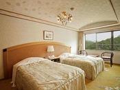 【本館洋室】ツインタイプのお部屋。隣室の和室との扉を解放するとコネクティングルームとしても利用可能。