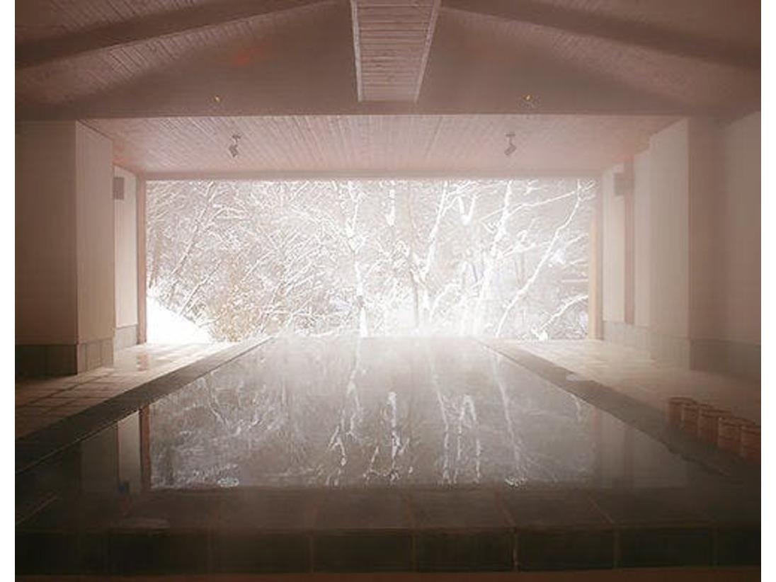 四季を感じることができる「立ち湯」では、雪の季節はとっても幻想的。雪を愛でながら、俗世を忘れたひとときをお楽しみいただけます。